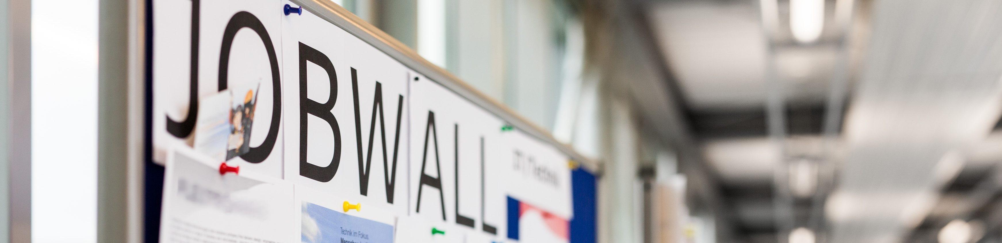 Jobwall mit Stellenangeboten (Bildausschnitt)